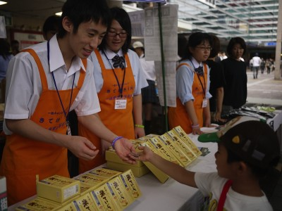 地元の商品を販売する宮城県立一迫商業高等学校の生徒
