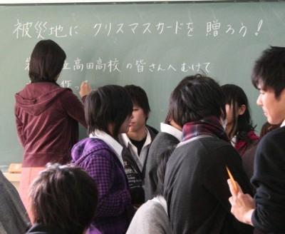 メッセージカードを作成中の生徒と、高橋先生