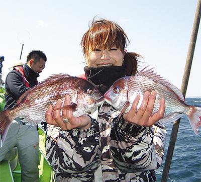 釣りガール・写真提供=久里浜・ムツ六釣船店(タウンニュース横須賀版より)