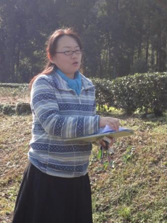 実際の茶畑で講座をおこなう石崎雅美さん