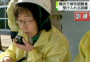 無線の防災訓練をする市民