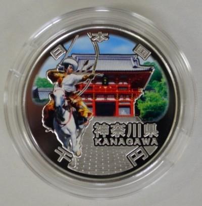 鶴岡八幡宮がデザインされた1000円銀貨(毎日新聞より)