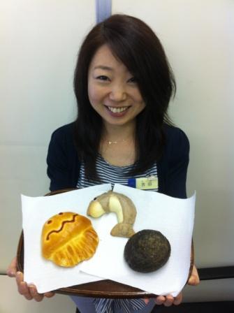 開発したパンを持つ販促担当の吉田さん(湘南経済新聞ホームページより)