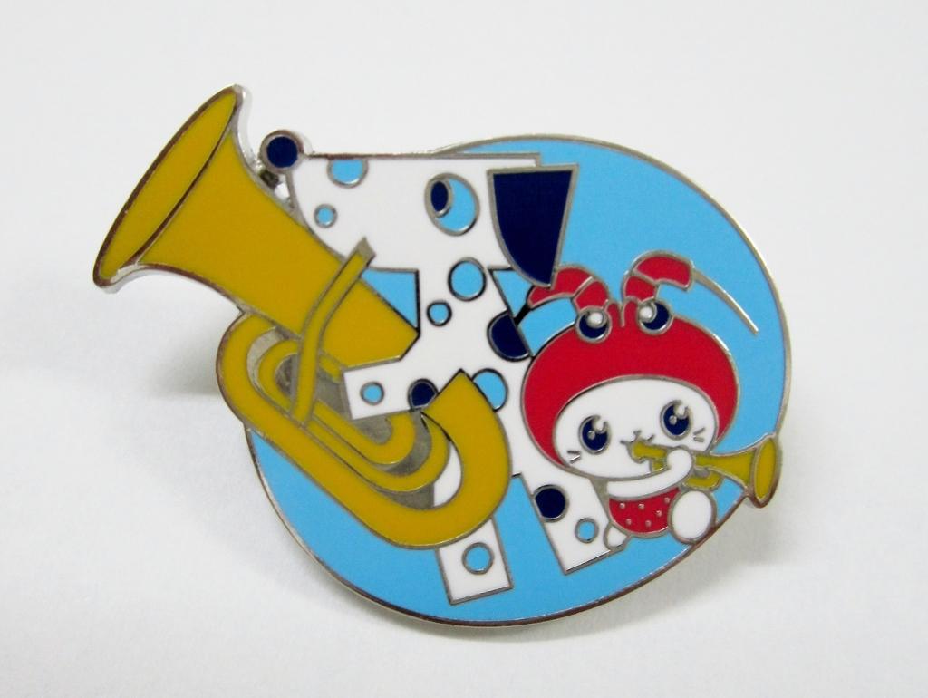 「えび~にゃ」と「ブルーダル」がコラボしたピンバッジ(神奈川フィルハーモニー管弦楽団ホームページより)