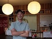真新しい店内で笑顔を見せる店主の村上さん(三陸経済新聞ホームページより)