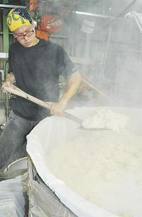 蒸した米に酵母を加え発酵させて作る「どぶろく」(タウンニュース茅ヶ崎版ホームページより)