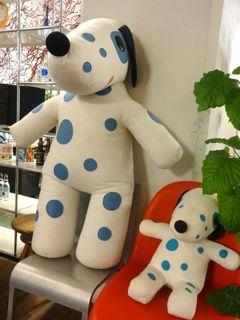神奈川フィルハーモニー管弦楽団の応援マスコット犬キャラクター「ブルーダル」もNDCグラフィックスによるデザイン(NDCグラフィックス=横浜市中区海岸通にて)