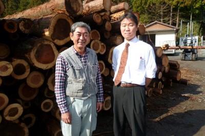 報徳の森プロジェクト実行委員会会長の近藤さん(左)と事務局の永井さん=小田原市久野、同市森林組合貯木場で