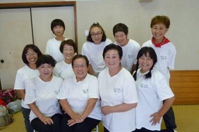 平塚パワーズのメンバー。前列右から2人目が会長・菅野由美子さん=平塚市旭北公民館で