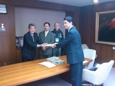 小田原市役所で行われた「報徳記」贈呈式(報徳の森プロジェクト提供)