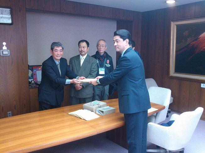 2012年1月、小田原市役所で行われた「報徳記」贈呈式(報徳の森プロジェクト提供)